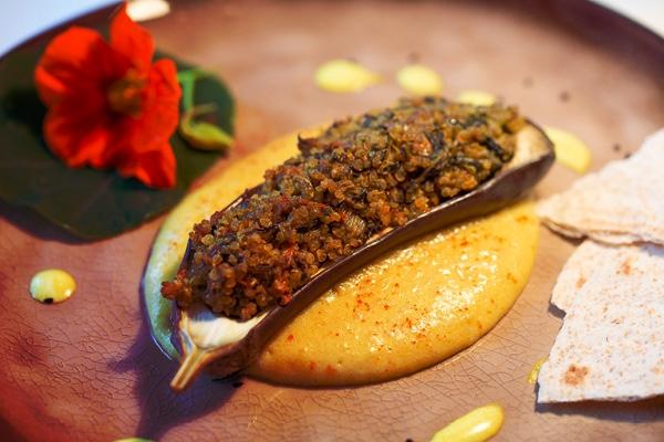 Aubergines met quinoa-groentevulling, aardappelpuree en gebakken pastinaak