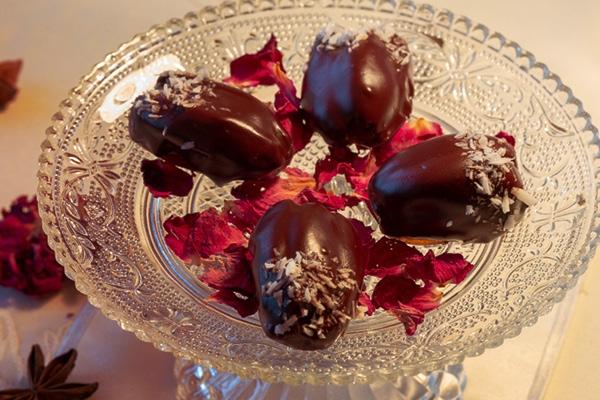 Dadels met marsepeinvulling, gedoopt in pure chocolade