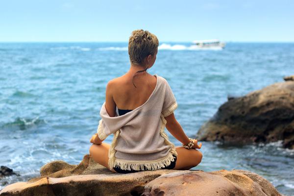 Yoga - vrouw aan het strand